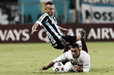 """""""Pepe"""" Sand, jugador de Lanús, cae tras recibir una falta de Rafinha, jugador de Gremio."""