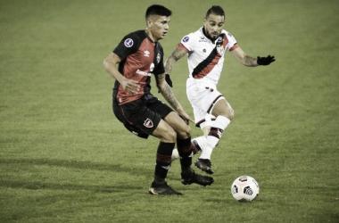 """A pesar del buen juego """"La Lepra"""" se despidió de Copa Sudamericana y el futuro de Burgos es incierto. Fuente (La Capital)"""