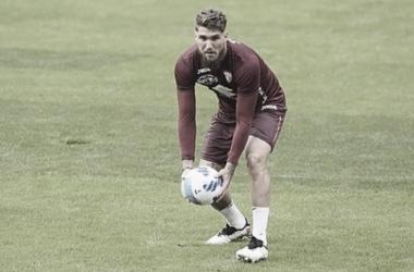 Lyanco sostiene un balón durante un entrenamiento con el Torino.Foto: @lyanco