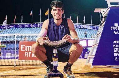 Carlos Alcaraz con el trofeo de Umag (Fuente: ATP Tour)