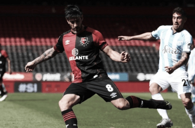 Pablo Pérez disputa la pelota en un partido friccionado y difícil. Fuente: (La Capital)