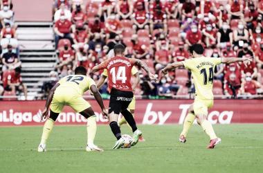 Dani Rodríguez controlando el balón ante tres jugadores del Villarreal/ Fuente: RCD Mallorca