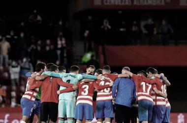 Imagen de los jugadores haciendo un círculo al terminar el partido./ Foto: Pepe Villoslada/ Granada CF