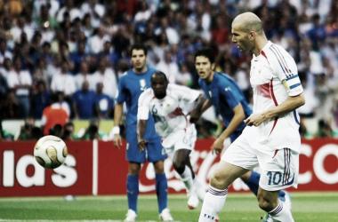 Zidane ya ejecutó su lanzamiento y adelanta a los suyos. FOTO: FIFA.com