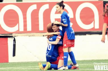 Las jugadoras del Umia celebran uno de los tantos del partido. Foto,: Diego Blanco. Vavel.