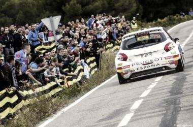 Suárez con el 208 T16 R5 en el Rallye de Cataluña 2015. Fuente: RallyRACC