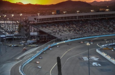 Racing in twilight at Phoenix   Photo: Chris Owens / INDYCAR