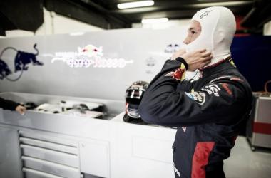 Daniil Kvyat esta mañana en el box de Toro Rosso en Barcelona | Fuente: @ToroRossoSpy