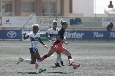 Bárbara Latorre junto con dos jugadoras del UD Granadilla durante el encuentro / Imagen: Twitter @AtletiFemenino.
