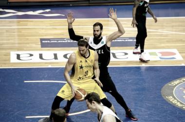 Bogris, el mejor aurinegro, postea ante la defensa de Dragovic | Fotografía: Basketball Champions League.