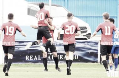 Los jugadores del Llanes celebran el tanto de la victoria. Foto: Diego Blanco, VAVEL.