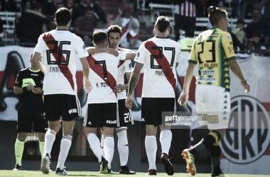 SALUDOS. Los hombres de River, abrazan a Ferreira, el autor del último gol entre ambos en el Monumental. Foto: Getty images