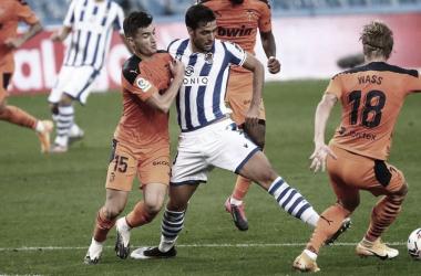 Merino lucha un balón en el partido de ida ante en el Valencia. Fuente: Real Sociedad