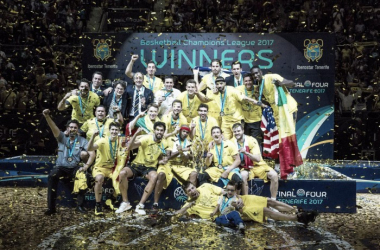 El Iberostar Tenerife posa por primera vez con el trofeo justo después de la entrega | Fotografía: BCL.