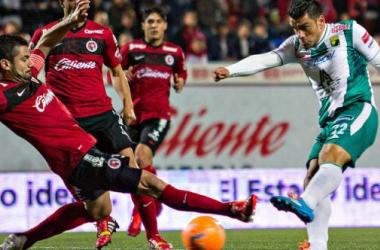 Sebastian Maz slides a ball past two Tijuana defenders. Photo credit: Imago 7