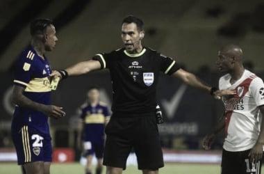 SEPAREN. Villa(izquierda) y De La Cruz(derecha), son separados por Tello(medio), el árbitro muestra una tarjeta amarilla. Foto: Web