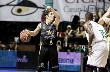 Nicolás Richotti, mejor jugador del encuentro, ordena jugada en la dirección del juego | Fotografía: ACB.