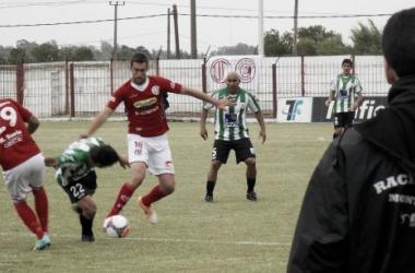 El DT cervecero Mauricio Larriera observa a Juan Pablo Rodríguez disputando una pelota. Foto: Cristhian Marino
