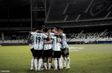 """FELICIDAD TRANSITORIA. Los hombres """"Albiceleste"""" se abrazan en el vacío Olímpico Nilton Santos por el gol provisorio de Messi. Foto: Getty images"""
