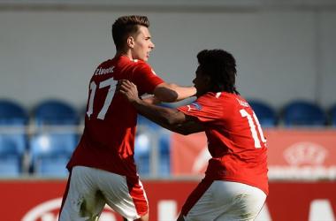 Nikola Zivotic celebra su tanto con su comañero Lazaro. (FOTO: UEFA.com)