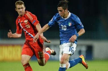 Parigini y Varinov disputan un balón en el último encuentro entre Rusia e Italia. (FOTO: UEFA.com)