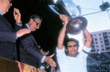 Pirri alza la copa bajo la atenta mirada de Luis de Carlos, presidente sucesor del fallecido Santiago Bernabéu.
