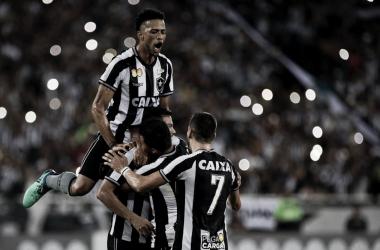 Botafogo vence e afunda Atlético-PR na zona de rebaixamento
