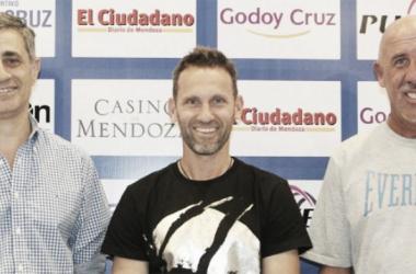 Lucas Bernardi posa junto a José Mansur y Daniel Oldrá. FOTO: Club Godoy Cruz.
