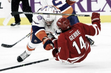 Nathan Gerbe (CAR) es derribado por Johnny Boychuk (NYI) | Foto: Chris Seward, Newsobserver