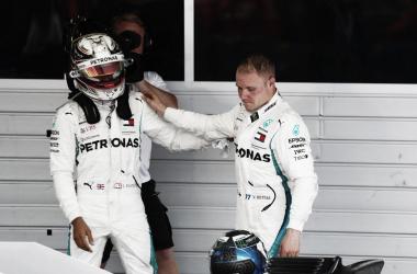 Hamilton y Bottas, terminada la carrera. Una imagen que dice todo | Foto: Fórmula 1