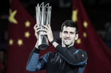 Djokovic posando con el trofeo | Footo: ATP Masters 1000 de Shanghai