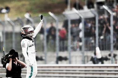 Hamilton saluda a la tribuna | Foto: Fórmula 1