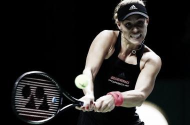 Kerber pegando su revés | Foto: WTA
