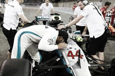 Hamilton besando el Mercedes | Foto: Fórmula 1