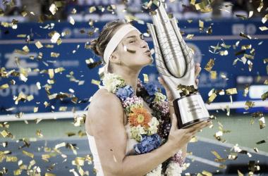 Sabalenka besando el triofeo de Wuhan | Foto: WTA