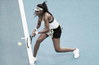 Venus pegando su revés   Foto: WTA