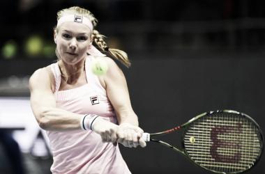 La holandesa pegando de revés | Foto: WTA