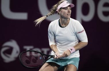 Kerber perfilándose para su golpe | Foto: WTA