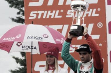 Urcera levantando su trofeo | Foto: Súper TC 2000