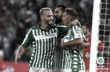 Canales junto a Joaquín y Borja Iglesias, celebran un gol. Foto: LaLiga Santander
