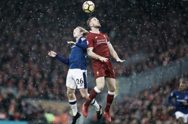 Davies ed Henderson a contrasto a centrocampo durante il derby. | Liverpool FC, Twitter.