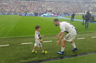 Miralem Pjanic con suo figlio Edin durante la premiazione di oggi. | JuventusFC, Twitter.