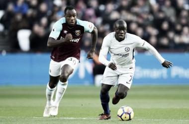 Kanté conduce palla sul pressing di Michail Antonio durante la gara di oggi. | Chelsea FC, Twitter.