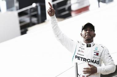 Hamilton festeja su éxito | Foto: Motorsport
