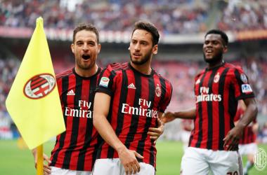 Calhanoglu esulta dopo il gol dell'1-0 odierno da lui siglato.   AC Milan, Twitter.
