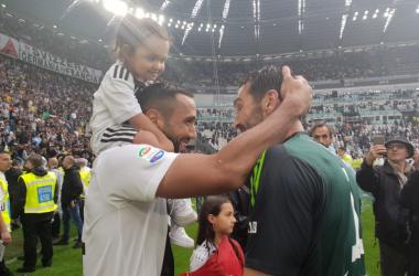 Medhi Benatia e Gianluigi Buffon durante i festeggiamenti. | JuventusFC, Twitter.