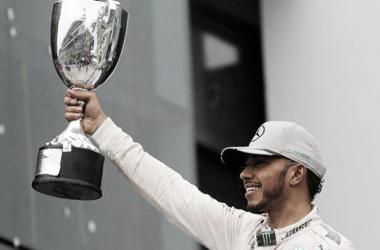 Hamilton con el trofeo | Foto: Fórmula 1