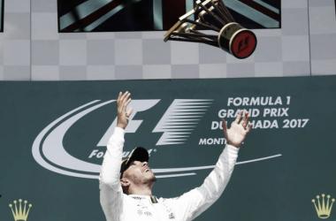 Hamilton festeja con el trofeo por el aire | Foto: Fórmula 1