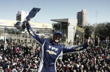Canapino festeja con el trofeo, con el público de fondo | Foto: Súper TC 2000