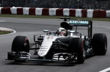 Lewis Hamilton transitando el primer sector | Foto: Velocidad Total